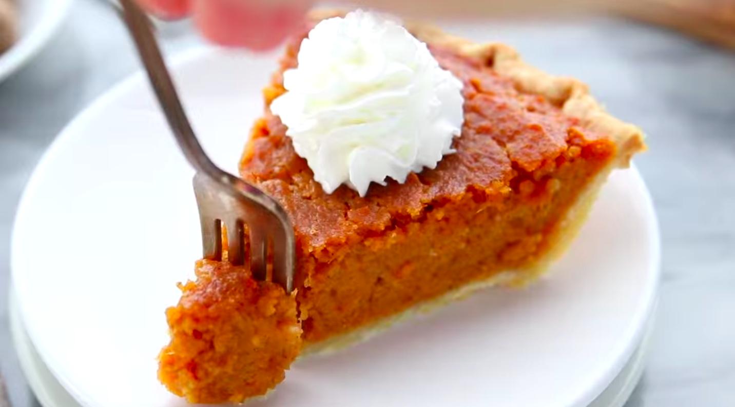 Ломтик сладкого пирога с бататом с зефиром на вершине.