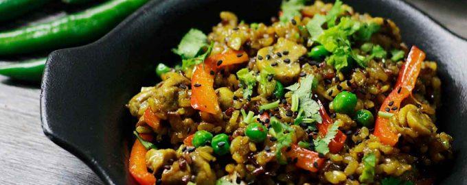 жаренный-бурый-рис-с-овощами